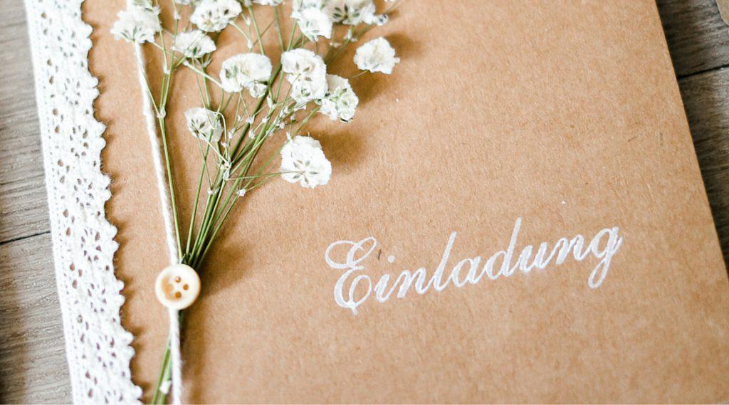 Vintage Einladungen für die Hochzeit sind schön mit Schleierkraut.