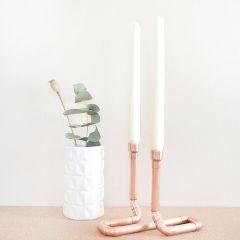 Kupferfarbene Kerzenständer von Etsy als Deko.
